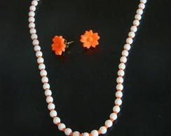 Conjunto marfim com pingente laranja