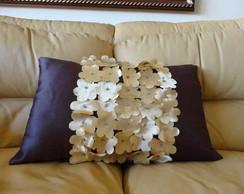 Almofada com mini flores aplicadas