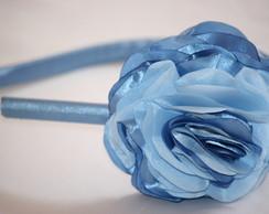 Tiara flor azul tom sobre tom