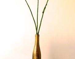 Garrafa dourada com flor em relevo