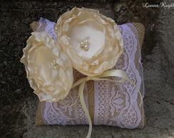 Almofada Vintage com duas flores creme