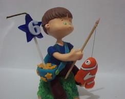 menino pescando topo de bolo