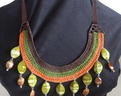 Maxi-colar listrado com contas verdes