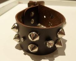 Bracelete de couro marrom com spikes