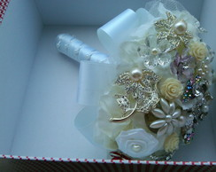 Buque de broches e flores
