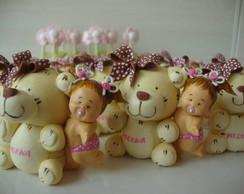 Beb� abra�ada com urso rosa/Po� marrom