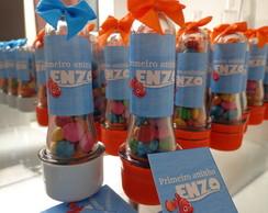 mini tubetes com confetes de chocolate