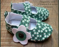 Sapatinho verde com florzinhas