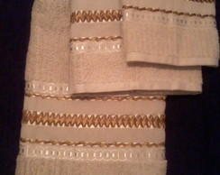 Jogo de toalha bordadas em fita de cetim