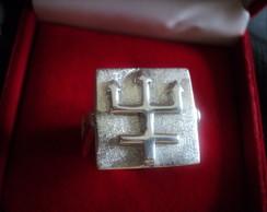Anel tridente em alto relevo em prata ..