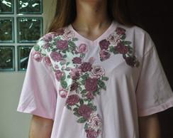 Camiseta com flores rosas