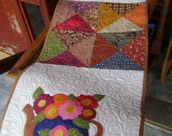 Trilho de mesa de galinha e flores