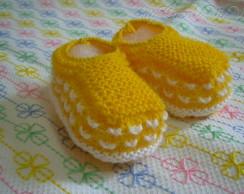 Sapatinho de tric� amarelo ouro e branco