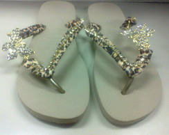 Havaiana bege decorada on�a e strass