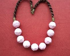 Maxi colar marrom macram� bolas rosa