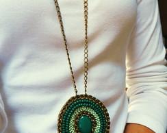 Colar Longo Medalh�o Bordado - Esmeralda