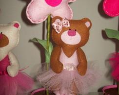 Ursinha marrom e rosa no vaso de flor