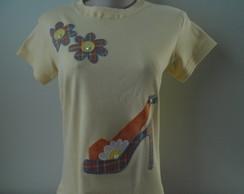 Camiseta - Sand�lia e flores
