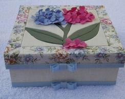 Caixa patchwork embutido com flores 3D