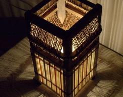 Lumin�ria de mesa com bambu