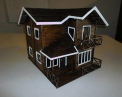 Casa feita de canudos de jornal