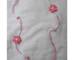 Colar de missangas com flores de cetim