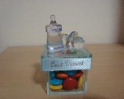 Caixa de vidro com chupeta e mamadeira