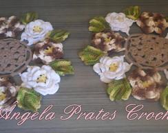 Toalhinha de croch� com flores e folhas