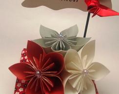 Enfeite de mesa flores e felicidades