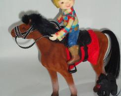 Menino no cavalo topo de bolo