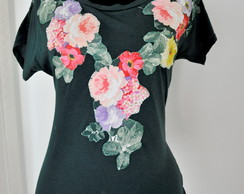 Camiseta verde com flores