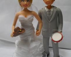 Noivo com pandeiro e noiva com chap�u