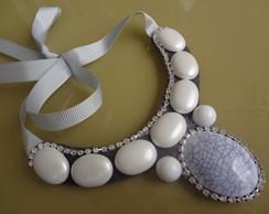 Maxi colar cinza e branco