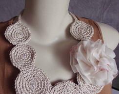 Colar em croch� com flor em tecido