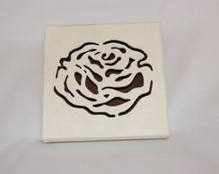 Caixa de madeira com rosa desenhada
