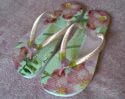 Chinelo decorado rosa e verde