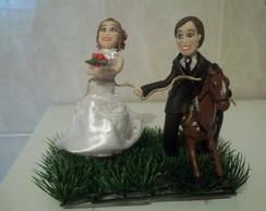 Noivo em cima do cavalo la�ando a noiva