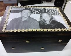 Caixa preta e dourado com foto