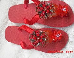 chinelo com broche lateral