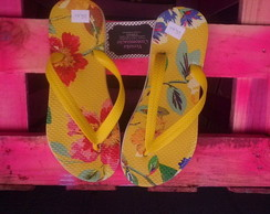 Chinelo amarelo floral