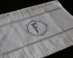 Toalha de lavabo bordada em ponto cruz