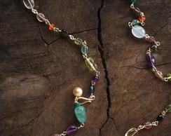 colar pedras coloridas