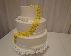 Aluguel Bolo branco com flores amarelas