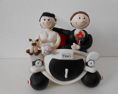 Topo de bolo noivos no carro.