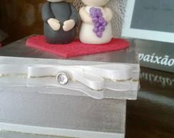 caixa decorada com noivos de biscuit