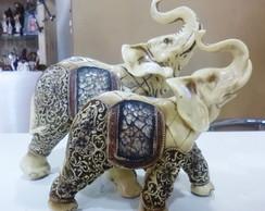 Elefante de resina com detalhes florais