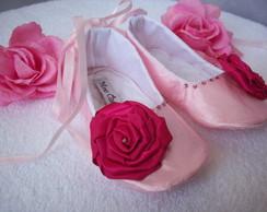 Sapatilha rosa com flor de fita
