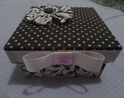 Caixa marrom e rosa