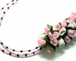 Arranjo de flores com tiara de cristais