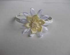 Tiara com flor de cetim amarela